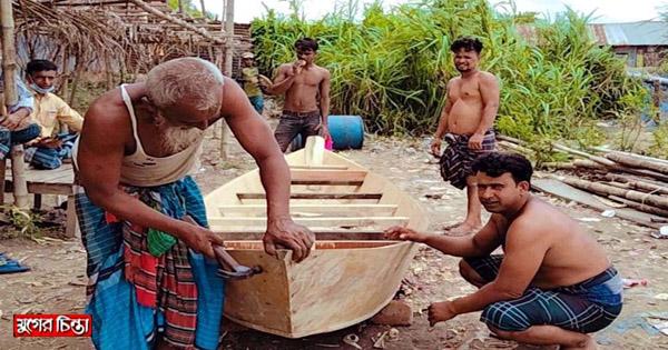 বর্ষার আগমনে সোনারগাঁয়ে নৌকা তৈরিতে ব্যস্ত জেলেরা